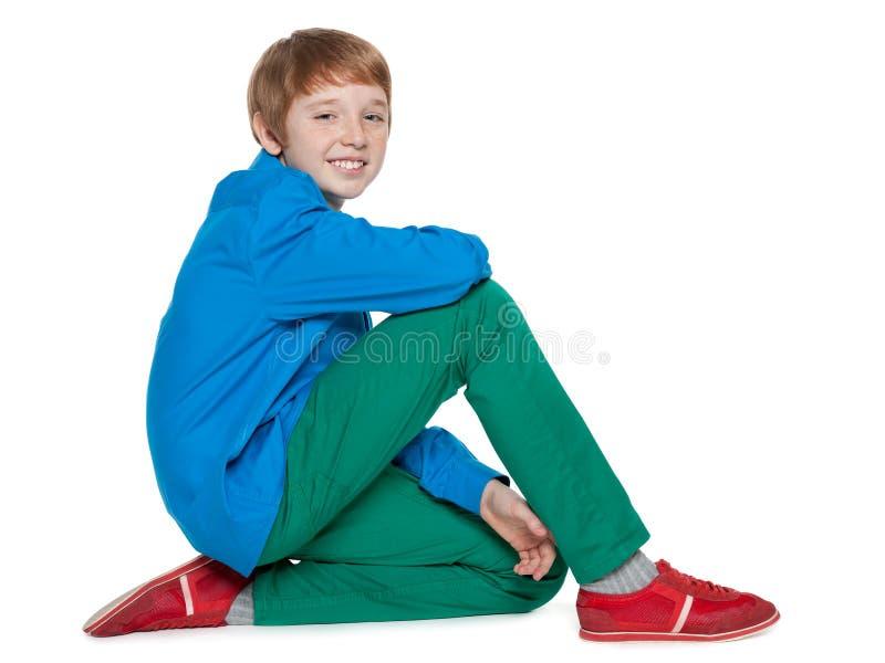 Mody preteen chłopiec siedzi fotografia stock