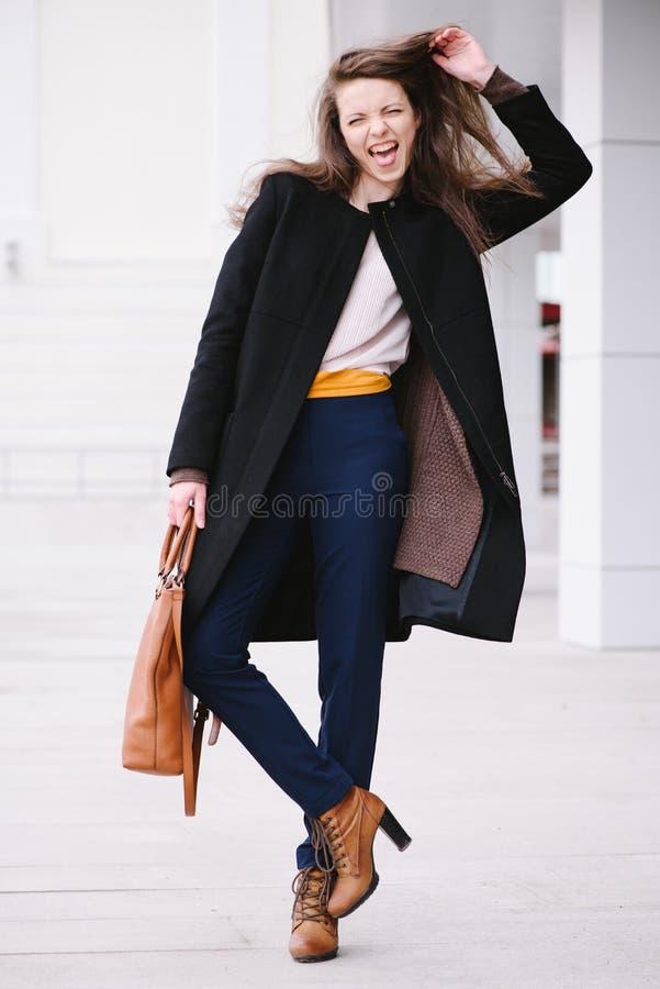 mody rozochocona kobieta Ulica styl zdjęcia stock