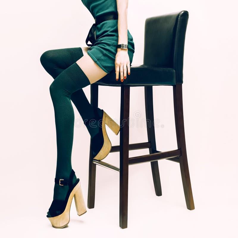 Mody seksowna dama w pończochach i szpilkach obrazy stock