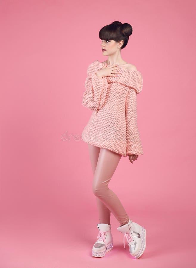 Mody spojrzenia nastoletni styl w butów butach Modny młodej dziewczyny dr zdjęcie royalty free