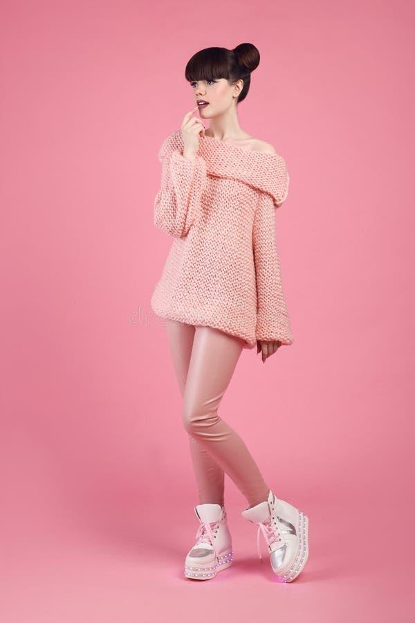 Mody spojrzenia nastoletni styl w butów butach Modny młodej dziewczyny dr fotografia stock
