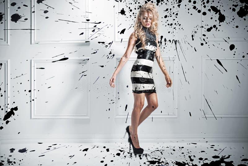 Mody stylowa fotografia piękna blond kobieta fotografia royalty free