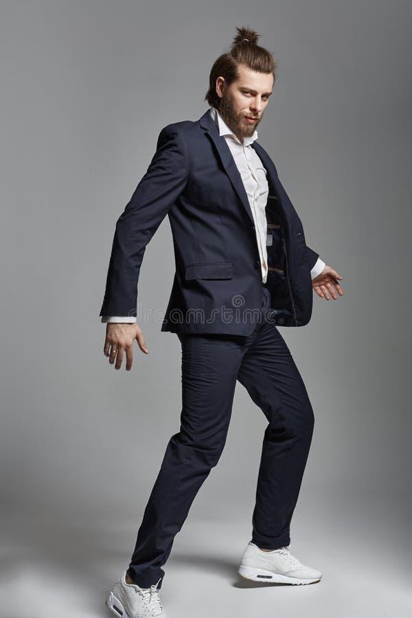 Mody stylowa fotografia przystojny mężczyzna zdjęcia royalty free