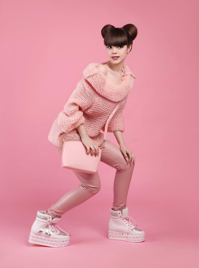 Mody stylowy nastoletni spojrzenie Modna młoda dziewczyna jest ubranym w wełny sw obraz stock