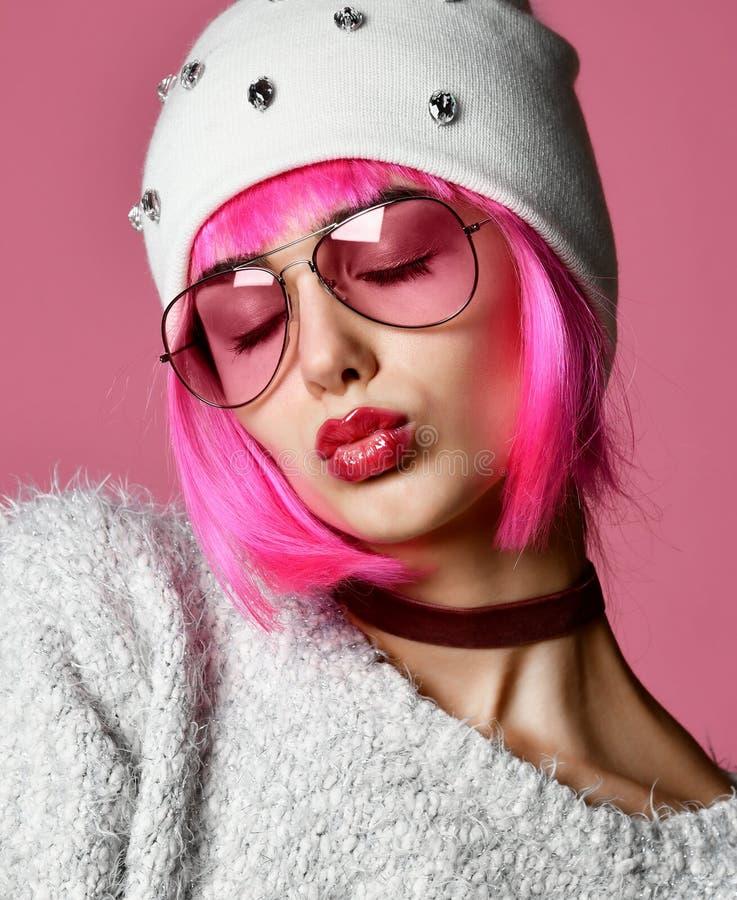 Mody sztuki fotografia młoda grunge stylu kobieta z różowym włosy w jasnych nowożytnych okularach przeciwsłonecznych i białym kap zdjęcia stock