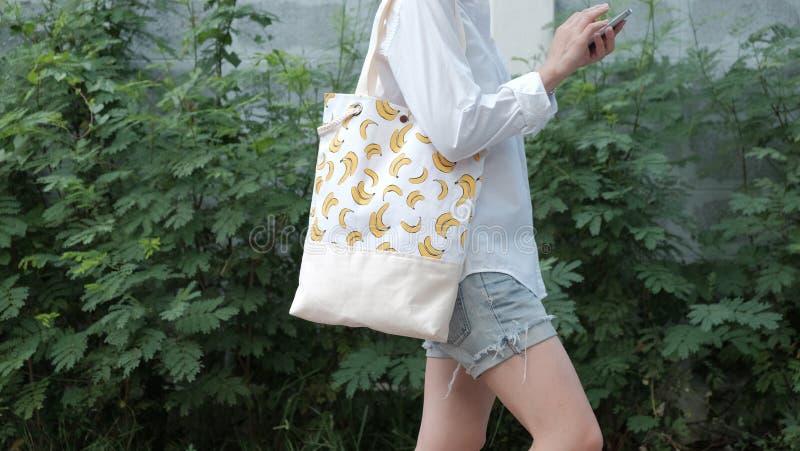Mody tkaniny dużego ciężaru torby z banana wzorem zdjęcie stock