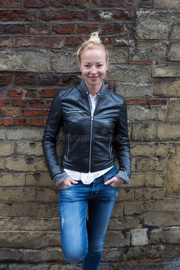 Mody ulicy stylu portret młoda kobieta zdjęcie royalty free