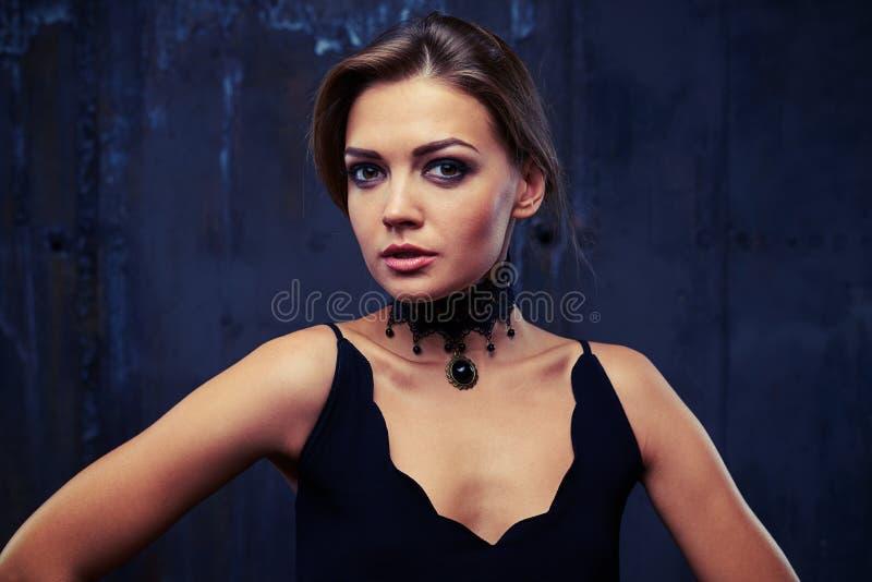 Mody zakończenia portret piękna kobieta modela twarz z wygraną zdjęcia royalty free