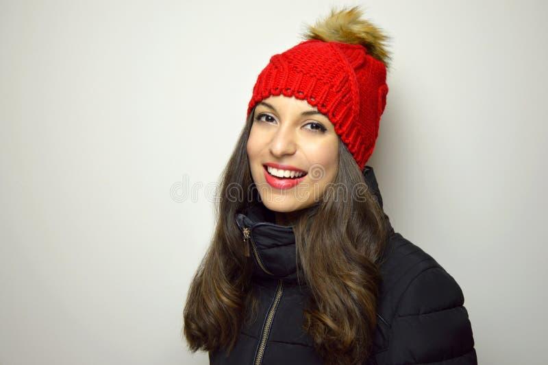 Mody zimy kobiety uśmiech przy kamerą przeciw białemu tłu kosmos kopii obraz royalty free