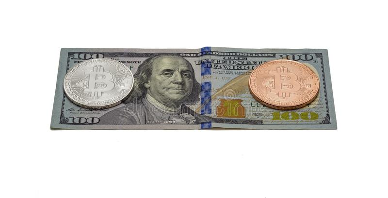 A moeda Bitcoin da prata e da platina encontra-se em cem notas de dólar foto de stock