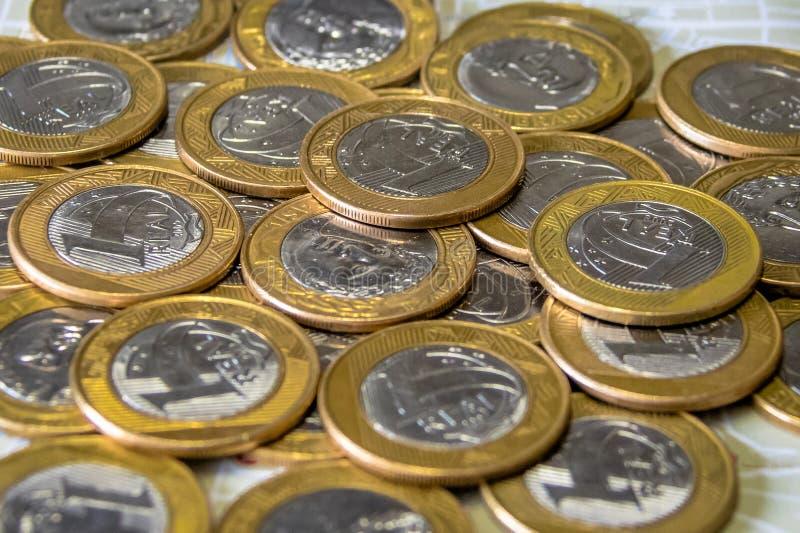 Moeda brasileira - moedas uma reais fotografia de stock royalty free