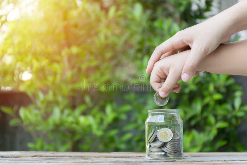 Moeda da menina e da pilha para salvar Conceito da economia do dinheiro imagens de stock royalty free