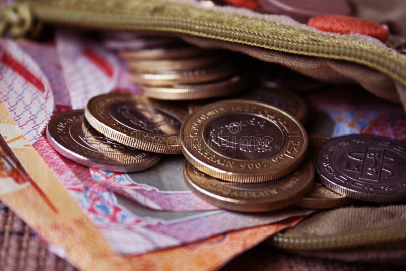 Moeda de Barém na bolsa aberta fotografia de stock royalty free