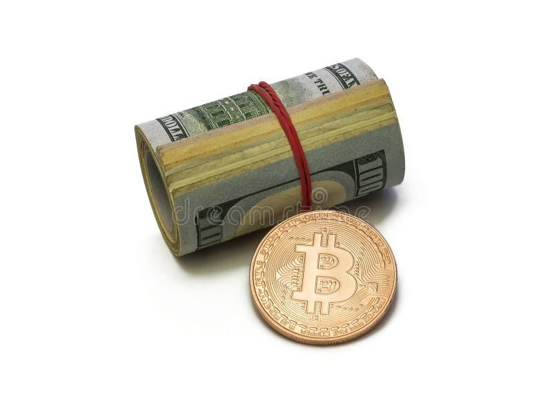 Moeda de Bitcoin da platina e cilindro das notas de dólar na parte traseira do branco imagem de stock royalty free