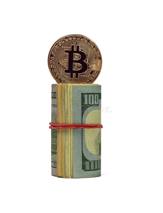 A moeda de Bitcoin da platina está no cilindro das notas de dólar no whit imagens de stock