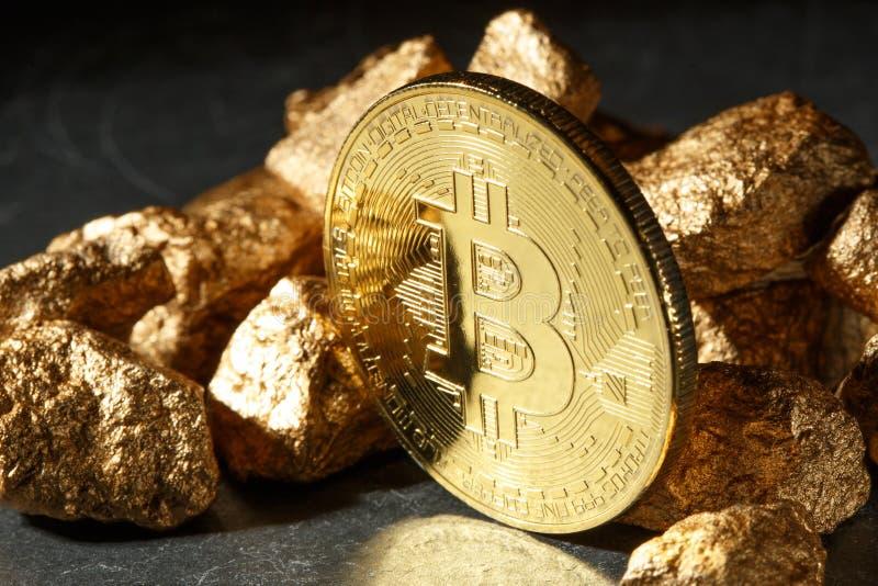 Moeda de Bitcoin e monte dourados do ouro Cryptocurrency de Bitcoin imagens de stock