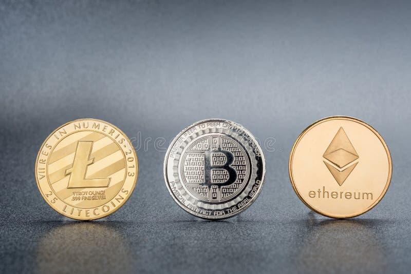 Moeda de Cryptocurrency Lite, Bitcoin de prata, Ethereum no backgr preto foto de stock