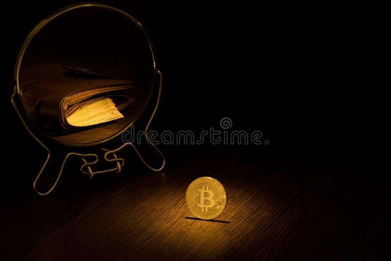 A moeda de ouro de Bitcoin é refletida em um espelho sob a forma de uma carteira de couro marrom com um bloco de cem notas de dól fotos de stock royalty free