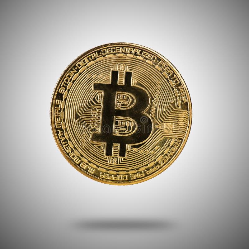 Moeda de ouro de Bitcoin na luz - fundo cinzento foto de stock royalty free