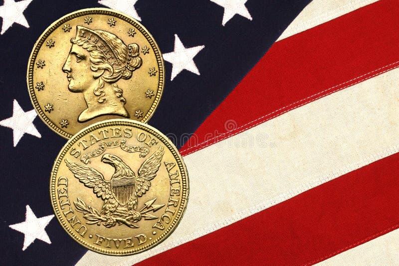 Moeda de ouro da liberdade sobre estrelas e listras imagens de stock