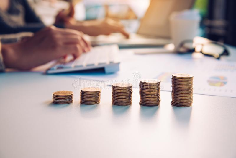 A moeda de ouro representa o crescimento do negócio - conceito para começar uma manutenção programada fotografia de stock