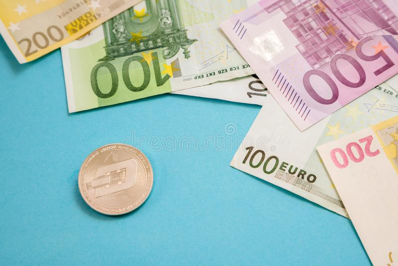 Moeda de prata do tra?o ao lado das c?dulas do Euro no fundo azul Moeda de Digitas, mercado da corrente de bloco Contas do Euro a imagens de stock royalty free