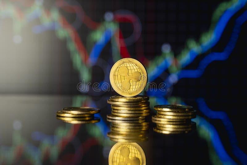 Moeda de réplica e conceito de moeda virtual Ripple do Ouro numa pilha de moedas com um gráfico de crescimento e valorização decr fotos de stock royalty free