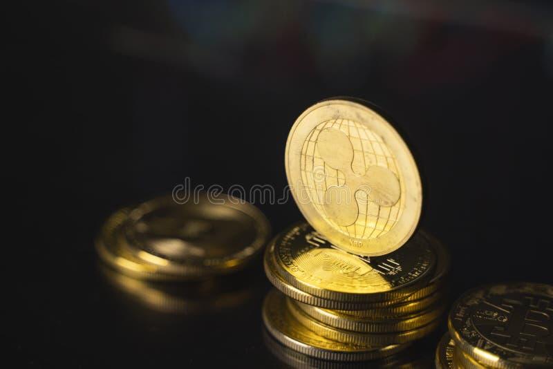 Moeda de réplica e conceito de moeda virtual Ripple do Ouro numa pilha de moedas com um gráfico de crescimento e valorização decr imagem de stock