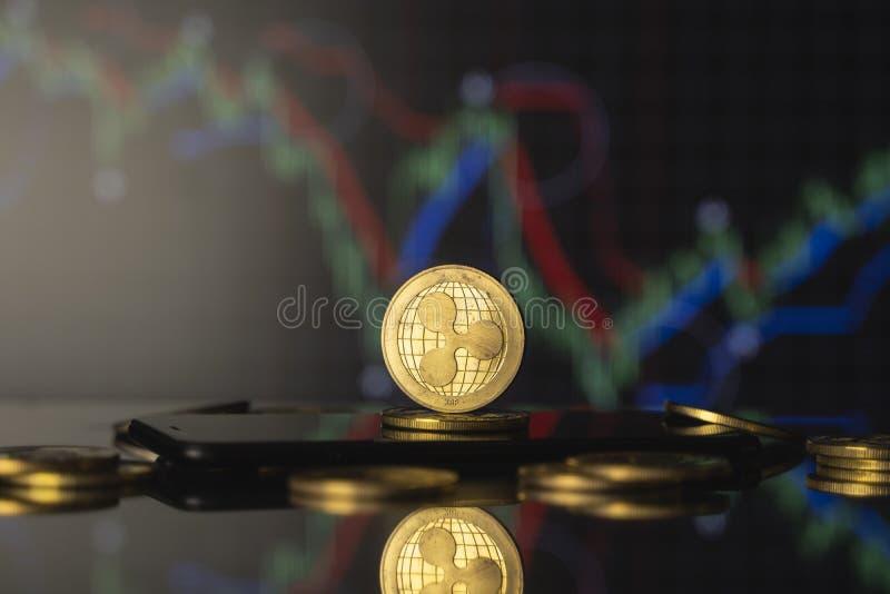 Moeda de réplica e conceito de moeda virtual Ripple do Ouro numa pilha de moedas com um gráfico de crescimento e valorização decr fotografia de stock royalty free