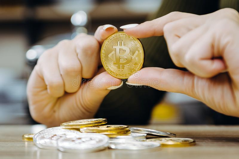 Moeda do bitcoin da posse da mão fotos de stock
