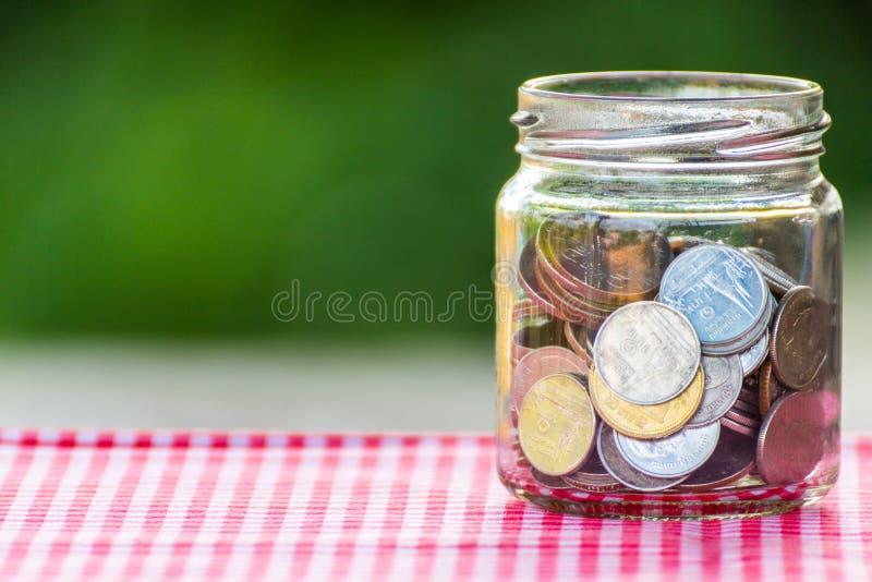 Moeda do dinheiro no frasco de vidro foto de stock royalty free