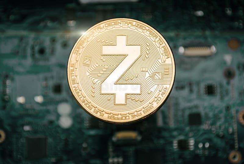 Moeda do zcash do ouro, no fundo do cartão-matriz do computador foto de stock