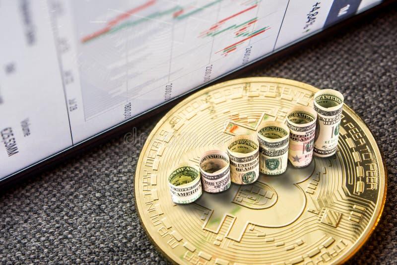 A moeda dourada do bitcoin com os dólares que formam a aumentação pisa fotos de stock royalty free