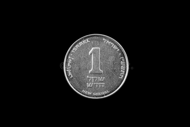 Moeda israelita do shekel isolada no preto fotografia de stock