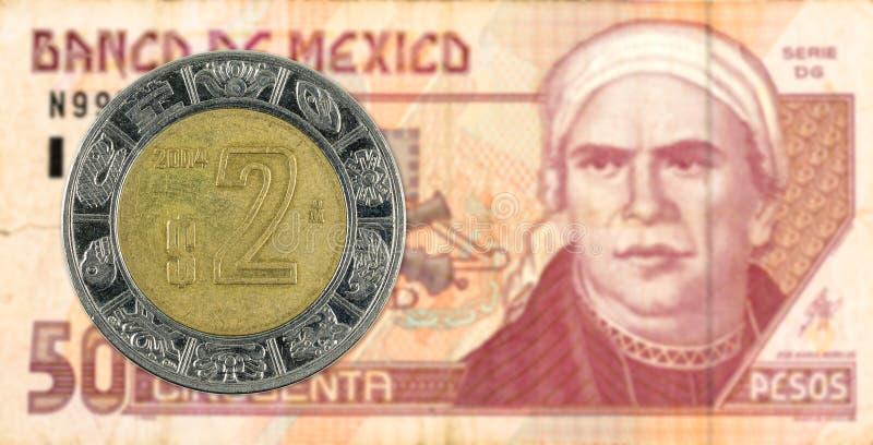 moeda mexigan do peso 2 contra a cédula do peso 50 mexicano foto de stock