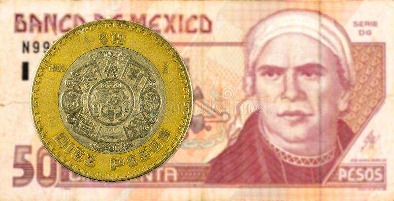 moeda mexigan do peso 10 contra a cédula do peso 50 mexicano imagens de stock