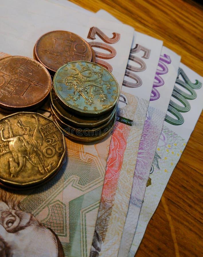 A moeda nacional de Rep?blica Checa ? c?dulas e moedas de v?rios terminais em uma superf?cie plana fotos de stock royalty free