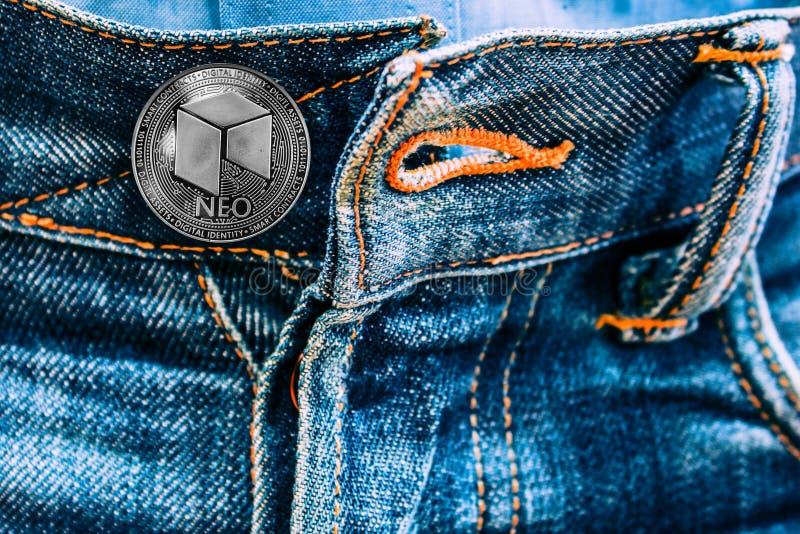 Moeda neo em vez dos botões em calças de brim imagem de stock royalty free