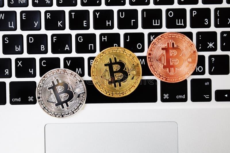 Moeda no laptop do teclado, conceito eletrônico do bitcoin da moeda de ouro da finança Moedas de Bitcoin Negócio, anúncio publici foto de stock royalty free