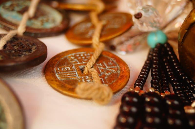 Moedas antigas, Yuan Bao e braceletes de prata indicados em lojas antigas fotos de stock