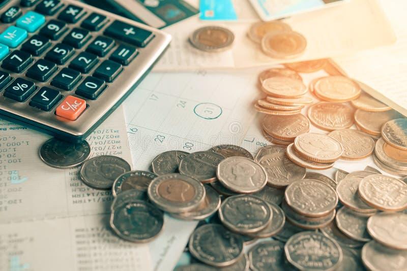 Moedas, calendário do fim do prazo, livro de conta da economia, calculadora, cartão de crédito na tabela, fundo da cobrança de dí foto de stock
