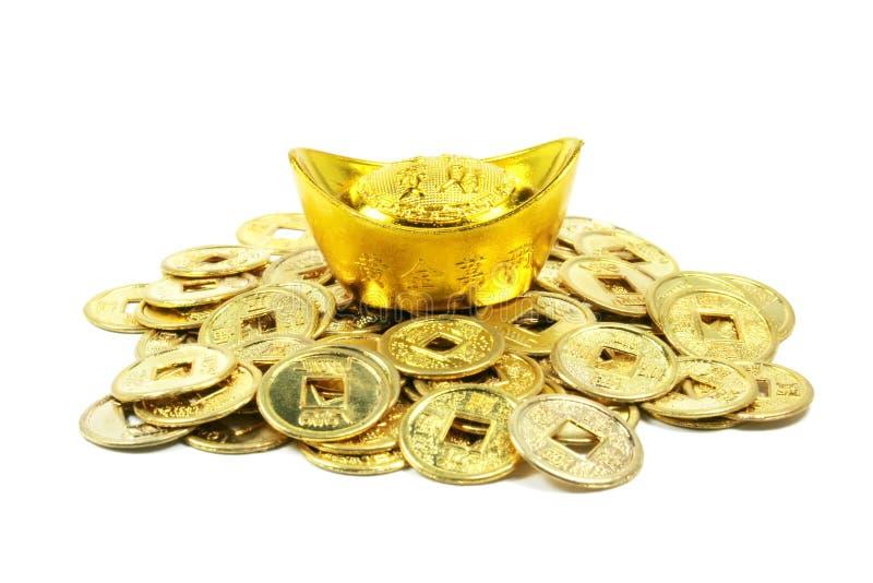 Moedas chinesas douradas antigas em uma pilha imagem de stock royalty free