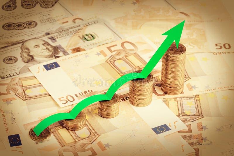 Moedas da pilha em contas do papel de fundo Conceito financeiro do crescimento foto de stock royalty free