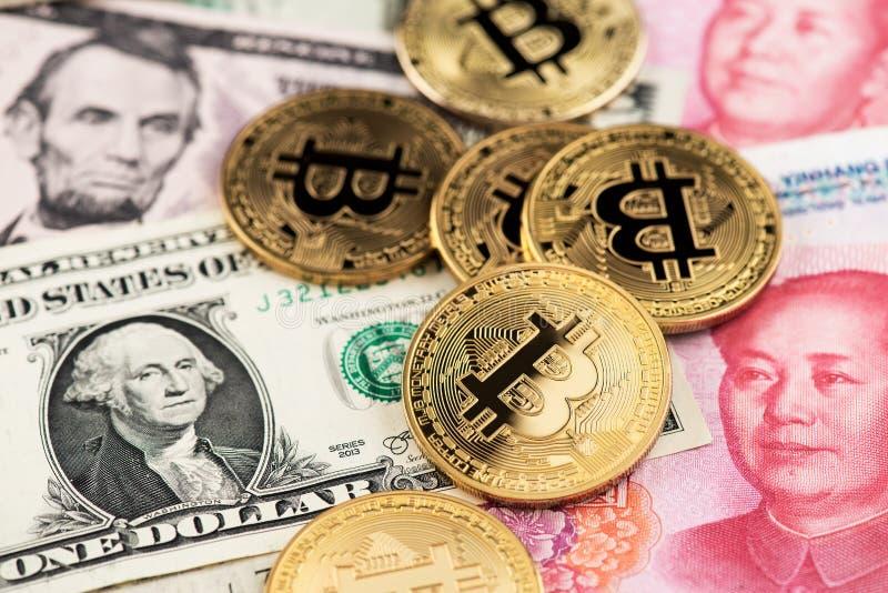 Moedas de Bitcoin Cryptocurrency cédulas na moeda do dólar americano e do Yuan China imagens de stock royalty free