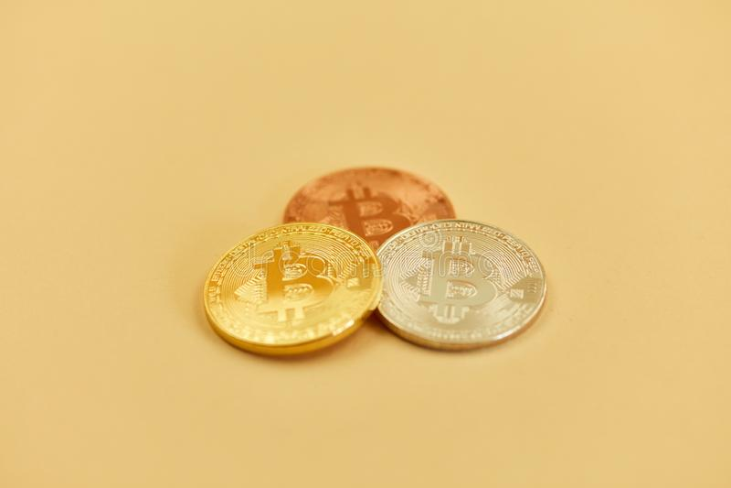 Moedas de Bitcoin no bronze de prata do ouro como um investimento imagem de stock royalty free