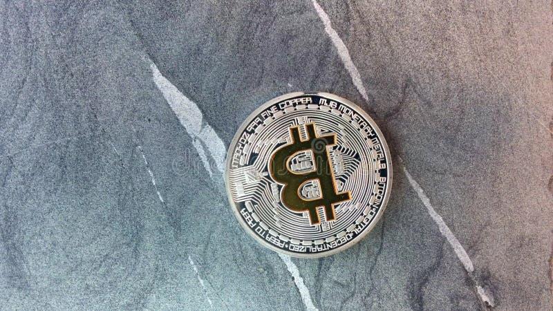 Moedas de Bitcoin no granito video estoque