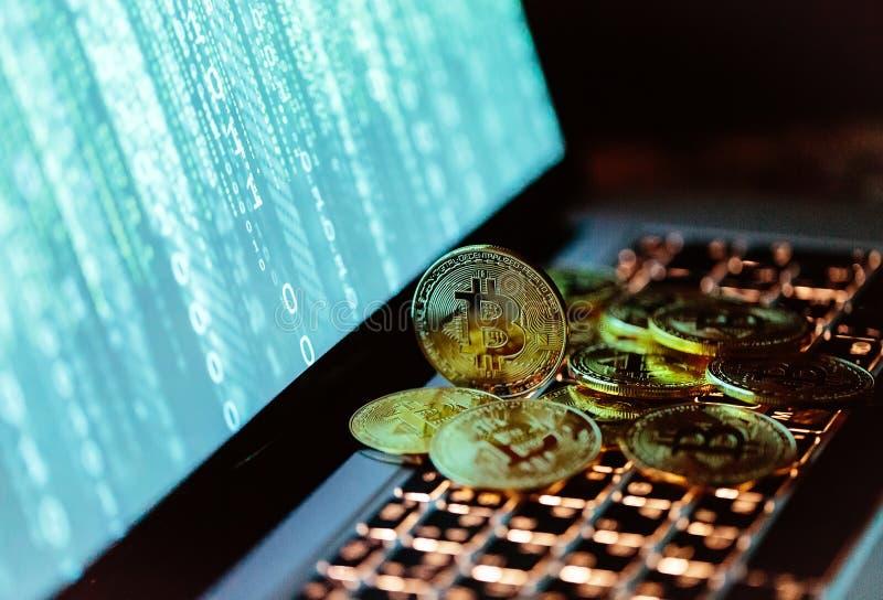 Moedas de Bitcoin no teclado do portátil Conceito de Cryptocurrency imagem de stock royalty free