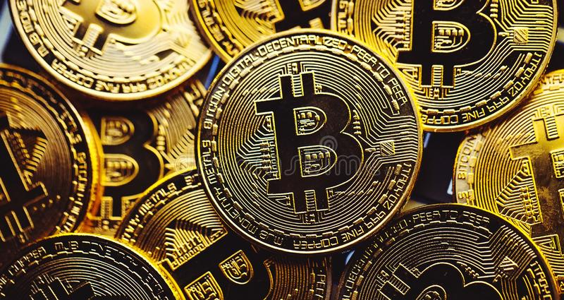 Moedas de Bitcoin no teclado do portátil Conceito de Cryptocurrency imagens de stock