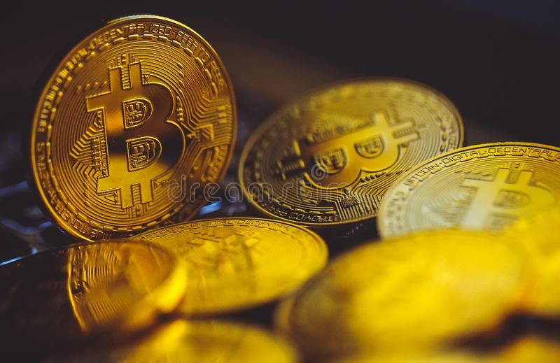 Moedas de Bitcoin no teclado do portátil Conceito de Cryptocurrency fotos de stock royalty free