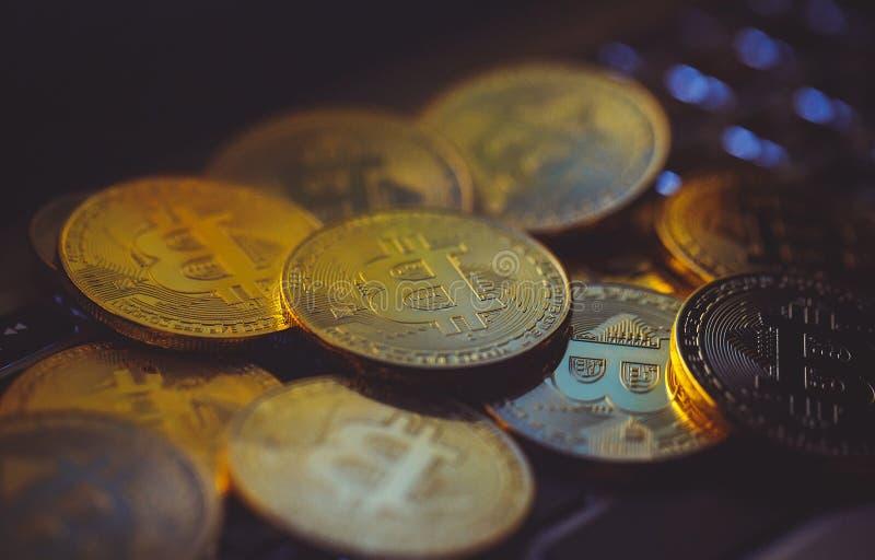 Moedas de Bitcoin no teclado do portátil Cryptocurrency Conceito da finan?a imagem de stock royalty free